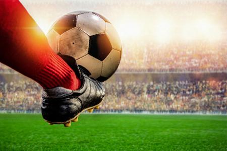 توپ �وتبال روی پای بازیکن �وتبال، پردرآمدترین مشاغل دنیا