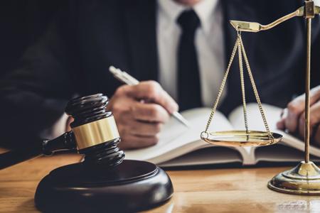 قاضی و ترازوی قضاوت